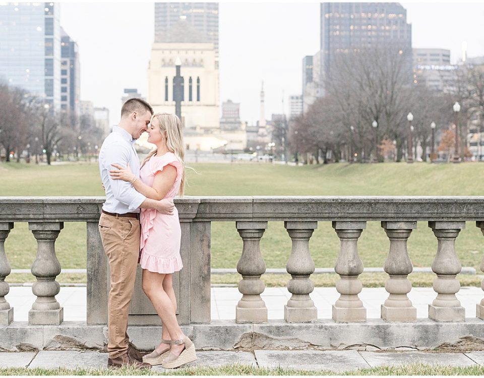 Engagement photos in downtown Indianapolis with Indianapolis skyline by Victoria Rayburn Photography